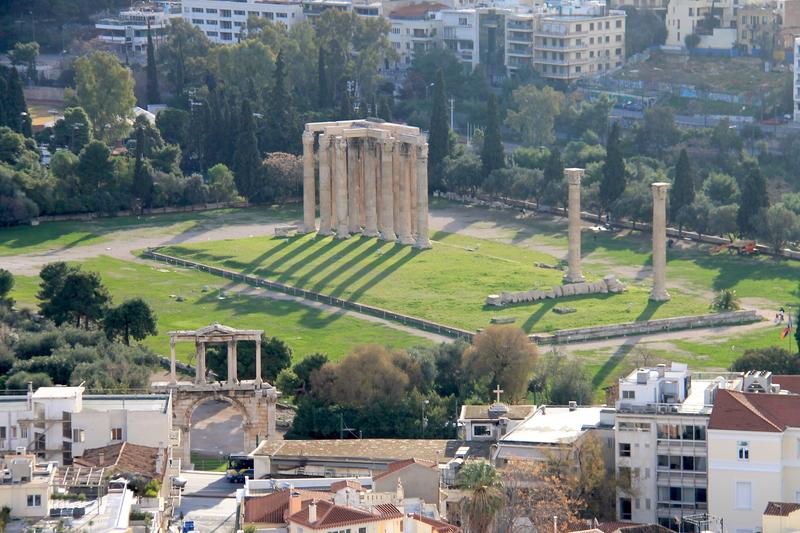 !Widok z Akropolu na Świątynię Zeusa Olimpijskiego i Łuk Hadriana
